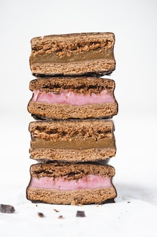 Pila di biscotti ricoperti di cioccolato con ripieno. biscotti sandwich.