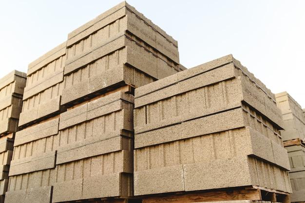 Pila di blocchi di cemento per costruire case ed edifici impilati su un pallet.