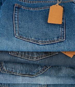 Pila di blue jeans piegati