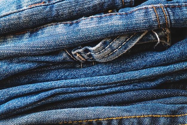 Pila di blue jeans vestiti di bellezza e moda