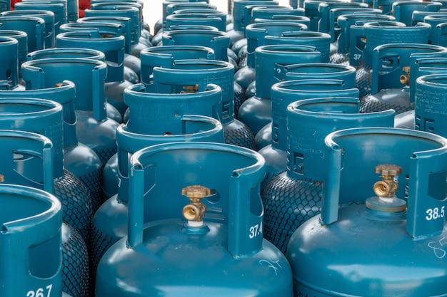 Pila di bombole di gas pronta per la vendita
