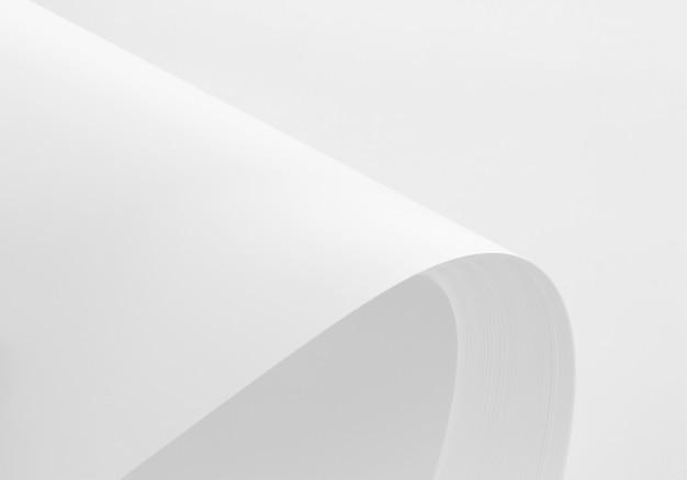Pila di carta bianca a4 con ombre morbide isolato su sfondo bianco