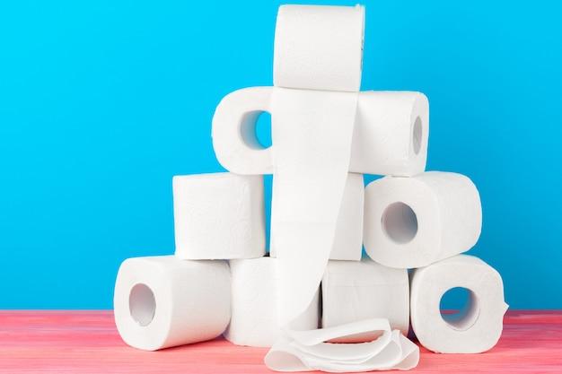 Pila di carta igienica su sfondo blu brillante