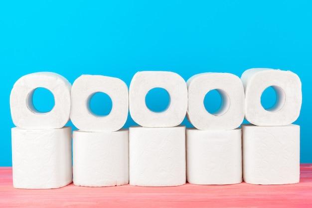 Pila di carta igienica sul blu luminoso