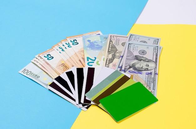 Pila di carte bancarie e banconote in contanti