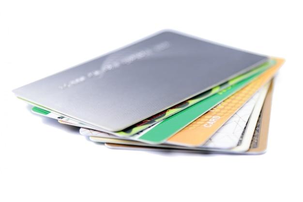 Pila di carte di credito colorate su bianco