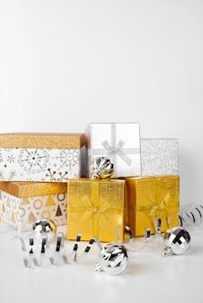 Pila di contenitori di regalo e fondo dello spazio della copia