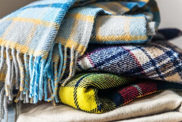 Pila di coperte controllate di lana