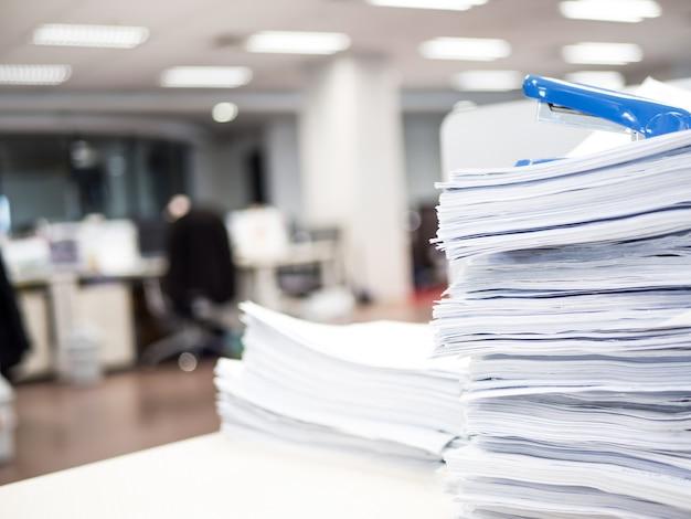 Pila di documenti sul tavolo