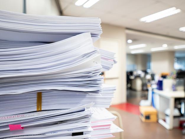 Pila di documento sulla tavola, concetto di affari