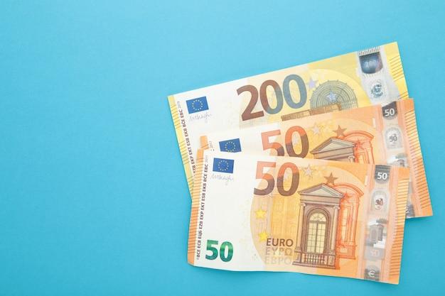 Pila di euro isolata sull'azzurro