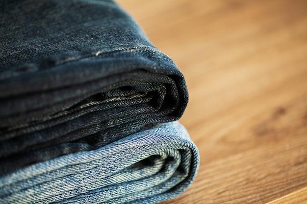 Pila di jeans blu denim