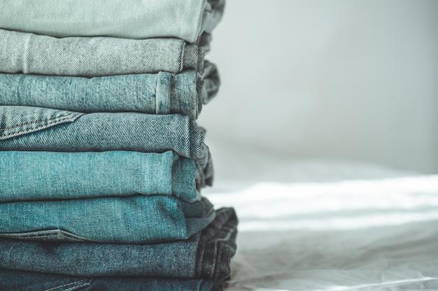 Pila di jeans blu