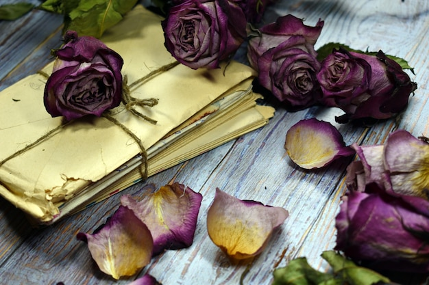 Pila di lettere legate con la corda con decorazioni floreali