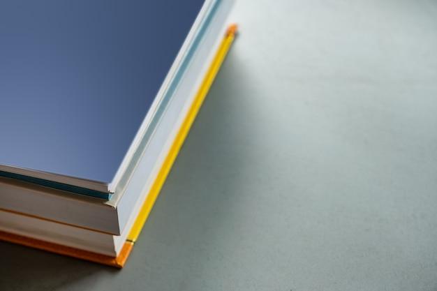Pila di libri a colori
