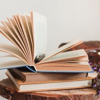 Pila di libri a copertina rigida vintage