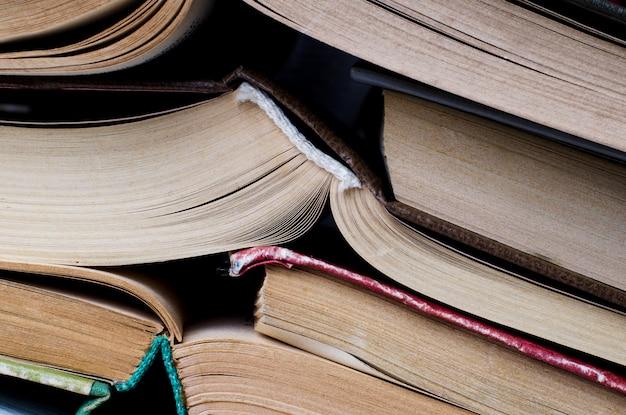 Pila di libri accatastati su sfondo blu
