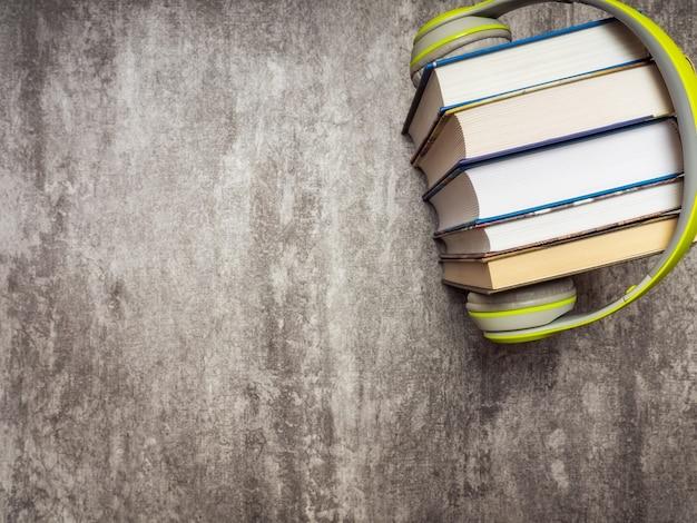 Pila di libri con le cuffie. vista dall'alto