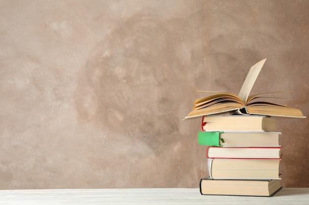 Pila di libri contro lo spazio marrone, spazio per il testo