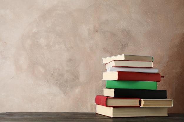 Pila di libri contro marrone, spazio per il testo pila di libri contro marrone, spazio per il testo