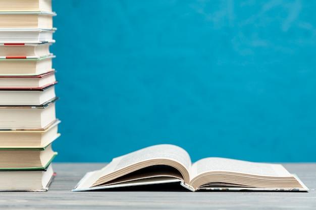 Pila di libri di vista frontale con spazio di copia