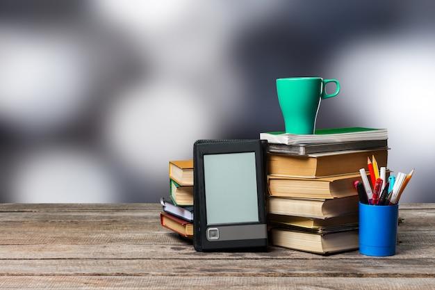 Pila di libri e articoli di cancelleria. concetto di educazione