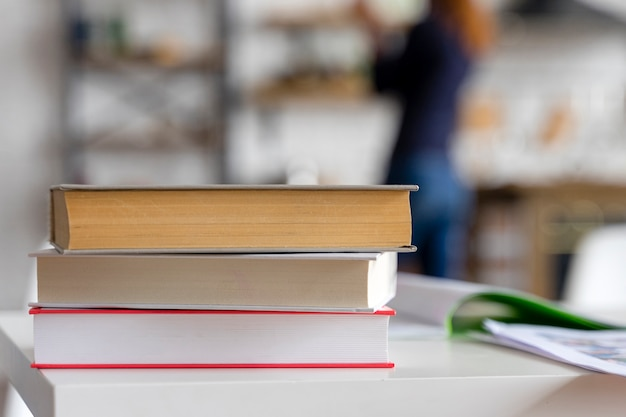 Pila di libri e sfondo sfocato