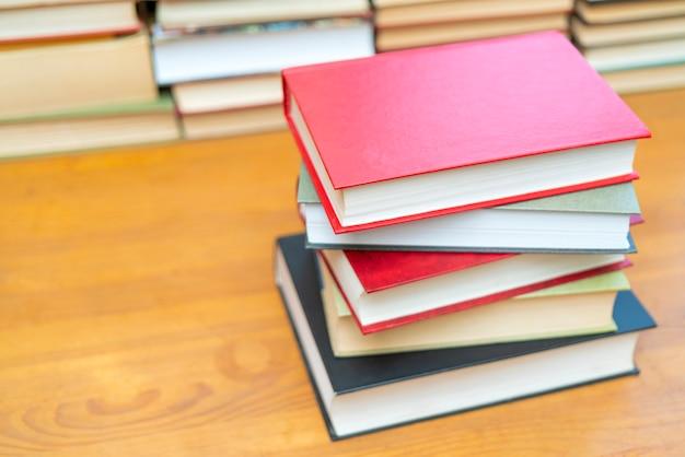 Pila di libri in biblioteca. simbolo di conoscenza e apprendimento.