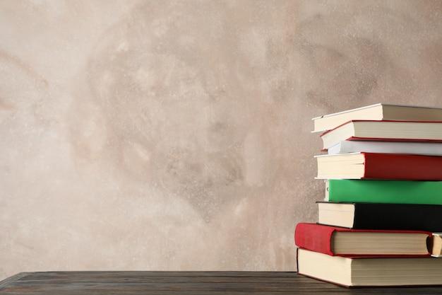 Pila di libri su sfondo marrone, spazio per il testo