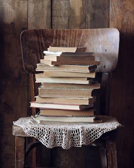 Pila di libri su una vecchia sedia