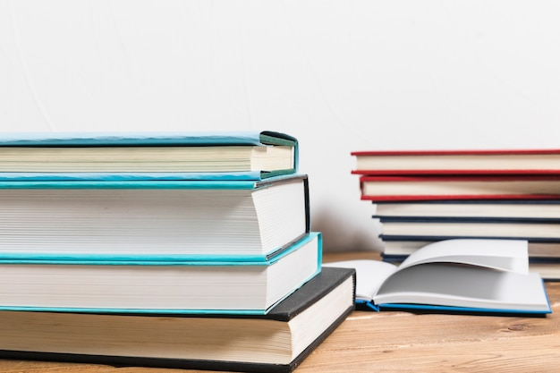Pila di libri sul tavolo di legno minimalista