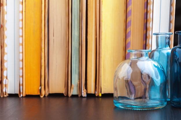 Pila di libri sul tavolo