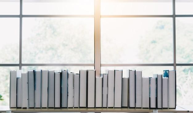 Pila di libri sullo scaffale del libro in casa
