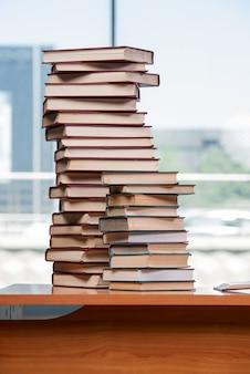 Pila di libri sullo scrittorio nel concetto di istruzione