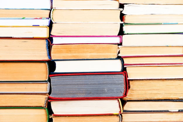 Pila di libri sullo sfondo. pile di molti libri