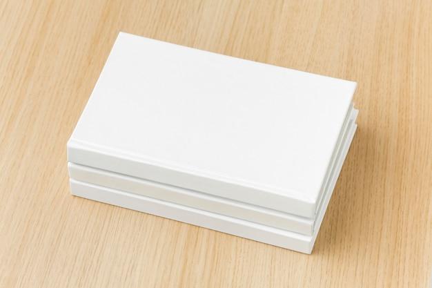 Pila di libro piana di disposizione sul tavolo con i vetri