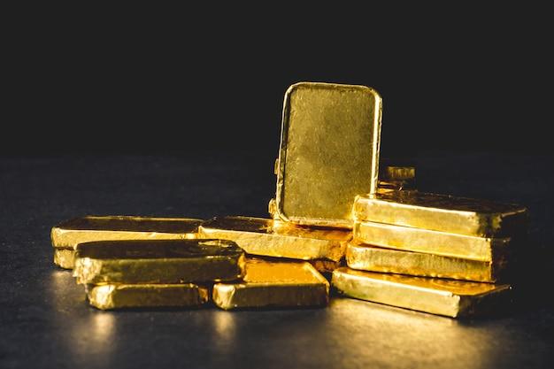 Pila di lingotti d'oro puro su sfondo nero