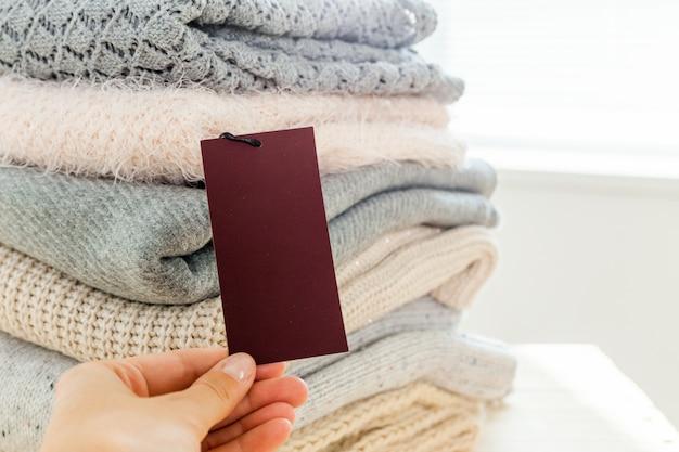 Pila di maglione caldo lavorato a maglia di lana ed etichetta bianca per il testo