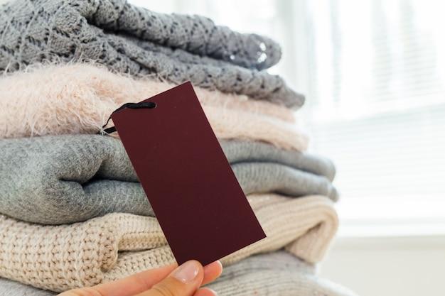 Pila di maglione caldo lavorato a maglia di lana
