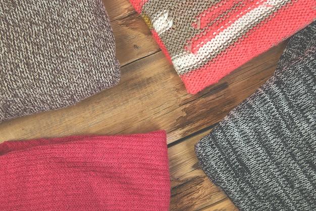 Pila di maglioni a maglia accoglienti.
