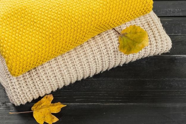 Pila di maglioni a maglia accoglienti