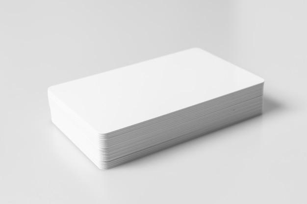 Pila di modello in bianco bianco delle carte di credito su fondo bianco.