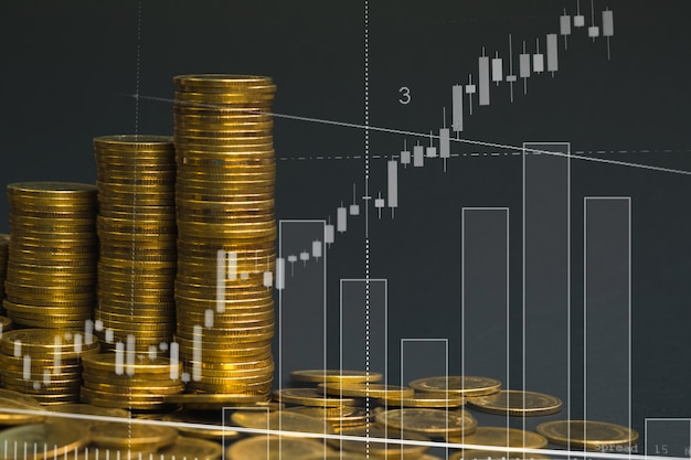 Pila di monete con candelabro per affari finanziari