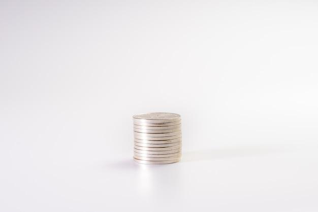 Pila di monete d'argento isolato su sfondo bianco, industria