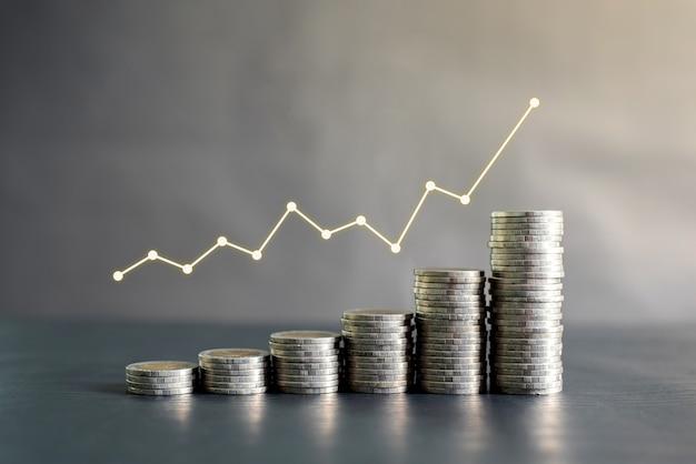 Pila di monete della tailandia sulla tavola di legno nera con il grafico di profitto, crescita su, successo. business, finanza, marketing, concetto di e-commerce e design
