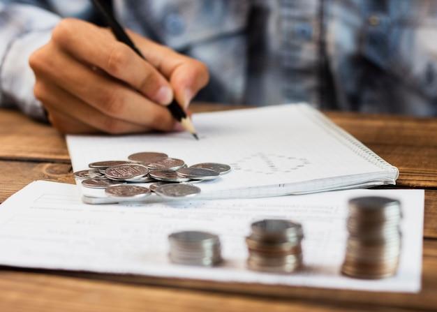 Pila di monete di risparmio che contano momento