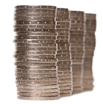 Pila di monete in euro su bianco isolato