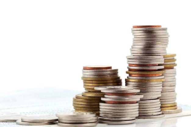 Pila di monete isolate su bianco, concetto di pianificazione aziendale e finanza e risparmio