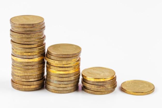 Pila di monete sul tavolo