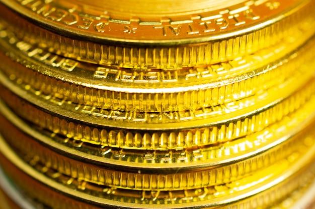 Pila di monete, vista del primo piano dei bordi delle monete con il fuoco selettivo
